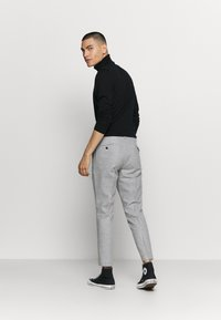 Twisted Tailor - MOONLIGHT CHAIN TROUSER - Pantaloni - light grey - 2