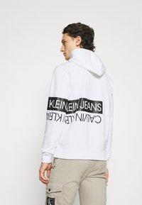 Calvin Klein Jeans - MIRRORED LOGO HOODIE UNISEX - Sweatshirt - bright white - 2