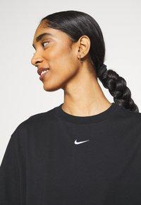 Nike Sportswear - Print T-shirt - black/white - 3