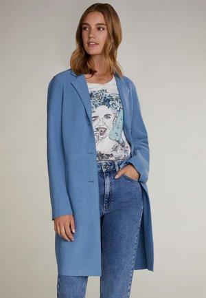 Classic coat - pantone 17-4023