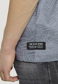 TOM TAILOR DENIM - MIT PALMENPRINT - Print T-shirt - anthra inside palm leaf print - 3