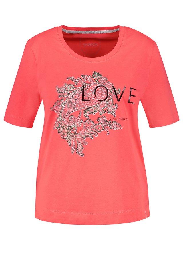 KURZARM RUNDHALS STATEMENT ORGANIC COTTON - Print T-shirt - coral gemustert