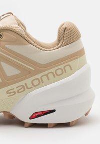Salomon - SPEEDCROSS 5 - Scarpe da trail running - bleached sand/white/sirocco - 5