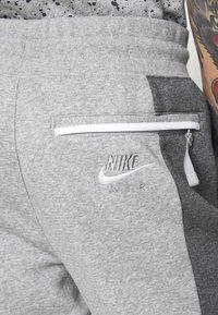 Nike Sportswear - M NSW NIKE AIR PANT FLC - Teplákové kalhoty - dark grey heather/charcoal heather/white - 3