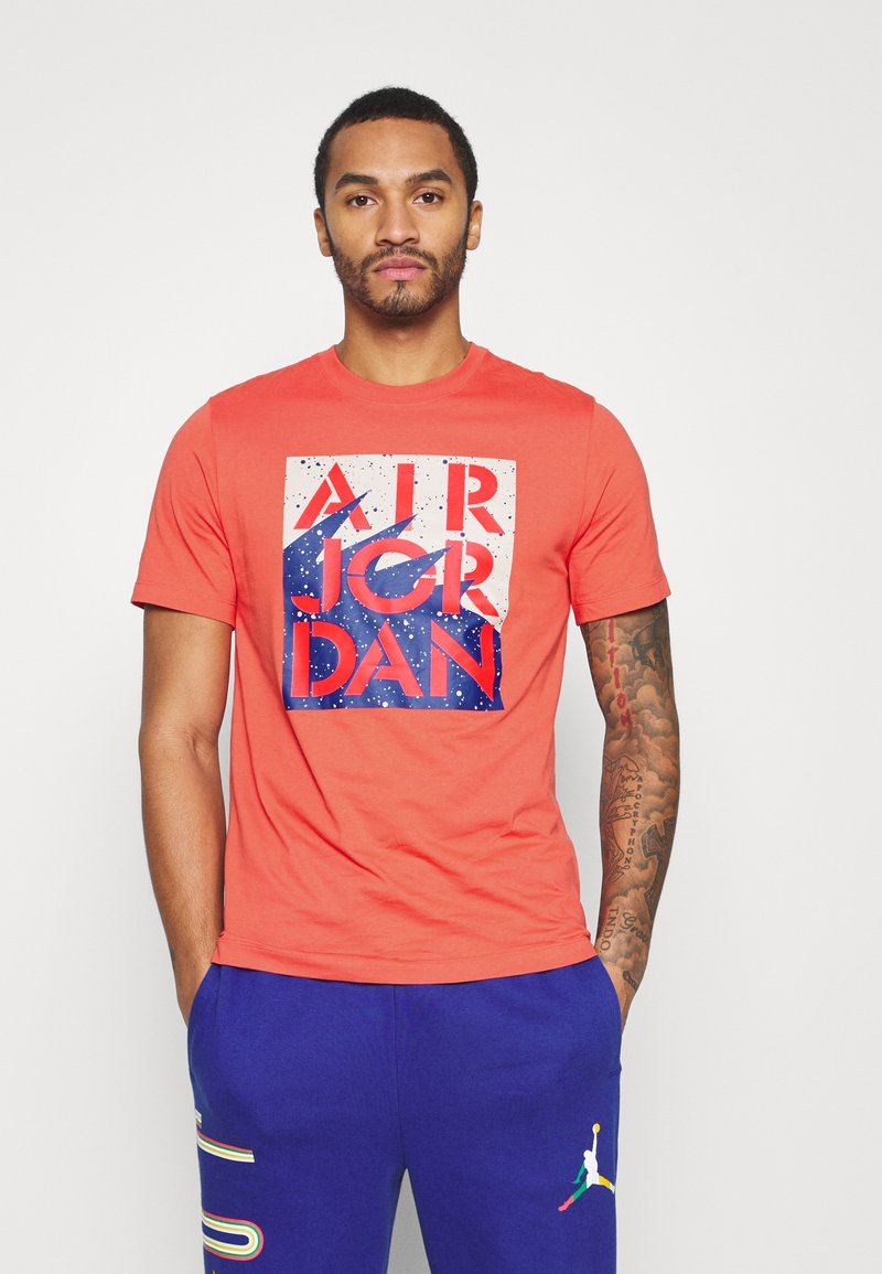 Jordan - STENCIL CREW - T-shirt med print - track red/infrared/oatmeal