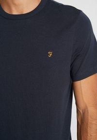 Farah - DENNIS SOLID TEE - T-shirt z nadrukiem - true navy - 5