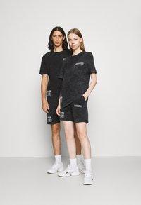 Common Kollectiv - WASHED TWINSET UNISEX - T-shirt imprimé - black - 1