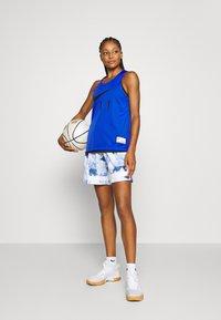 Nike Performance - FLY CROSSOVER SHORT - Sports shorts - hyper royal/white/white - 1