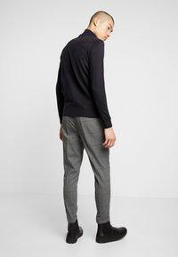 Piazza Italia - PANTALONE SLIM FIT - Trousers - grigio - 2