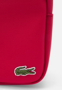 Lacoste - FLAT CROSSOVER BAG - Across body bag - rouge - 3