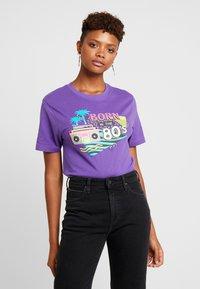 Merchcode - LADIES BORN IN THE 80S TEE - Print T-shirt - ultra violet - 0