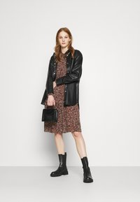 Vero Moda - VMHARPER DRESS - Shirt dress - brown - 1