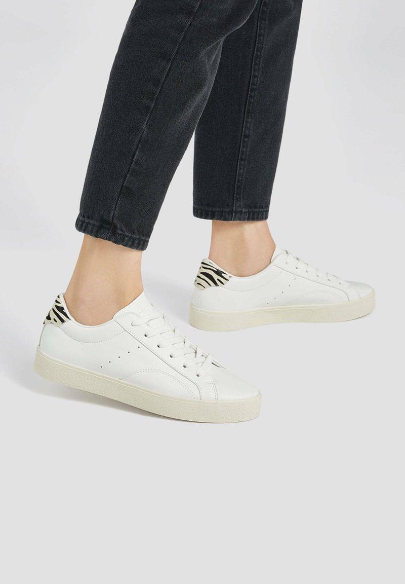 PULL&BEAR - MIT ANIMALPRINT - Sneakers laag - white