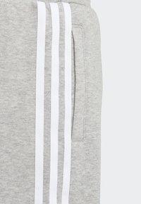 adidas Originals - ADICOLOR - Shorts - medium grey heather/white - 3