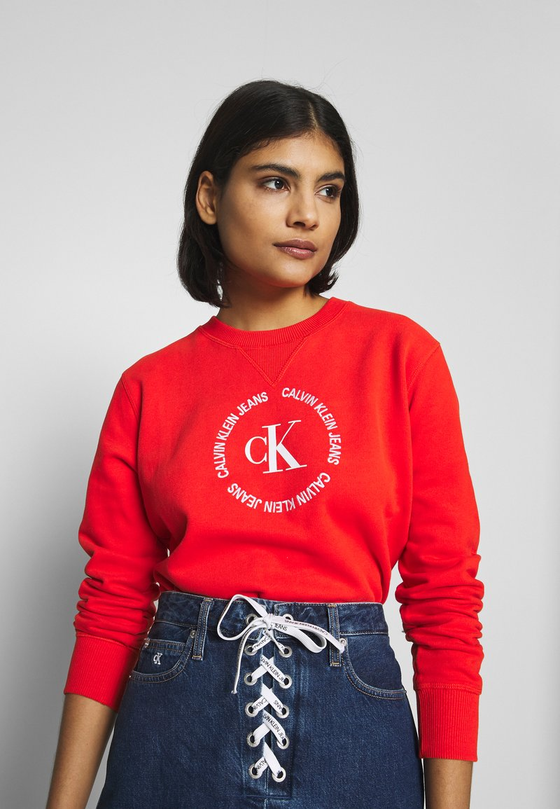 Calvin Klein Jeans - ROUND LOGO RELAXED - Mikina - fiery red