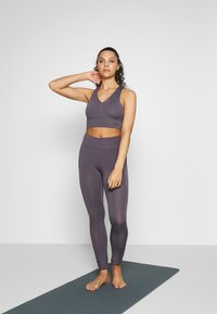Curare Yogawear - RUFFLED LEGGINGS - Tights - greyberry - 1