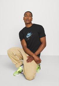 Nike Sportswear - TEE MULTIBRAND - T-shirt med print - black - 3