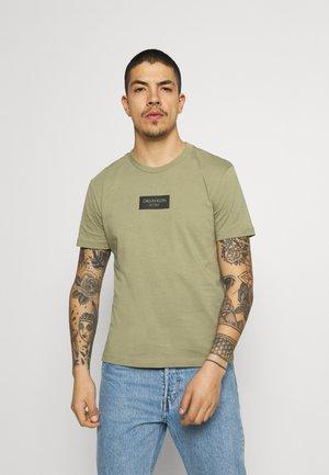 CHEST BOX LOGO - T-shirt con stampa - green
