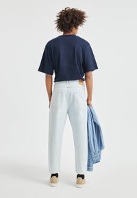 PULL&BEAR - JEANS IM RELAXED-FIT - Slim fit jeans - light-blue denim - 2