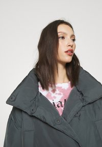 BDG Urban Outfitters - WRAP PUFFER - Winter jacket - charcoal - 3