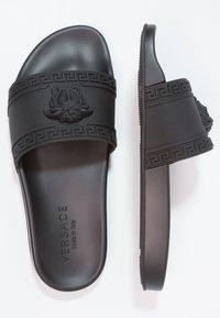 Versace - FLAT GOMMA - Badesandaler - nero - 1