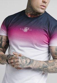 SIKSILK - HIGH FADE TEE - Printtipaita - navy/neon pink - 4
