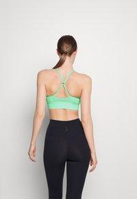 Nike Performance - INDY SEAMLESS BRA - Light support sports bra - green glow - 2