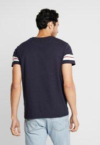 GANT - T-shirt med print - evening blue - 2