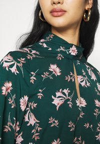Vero Moda - VMROBIN SHORT DRESS - Vestito estivo - ponderosa pine/robin flower - 4