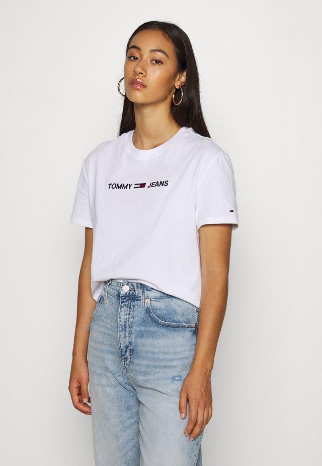 MODERN LINEAR LOGO TEE - T-shirt con stampa - white