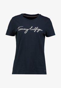 HERITAGE CREW NECK GRAPHIC TEE - Print T-shirt - midnight
