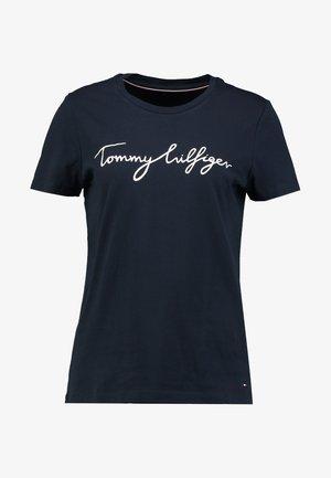 HERITAGE CREW NECK GRAPHIC TEE - T-shirts print - midnight