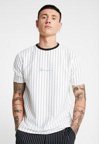 Mennace - STRIPE TEE - Print T-shirt - white - 0