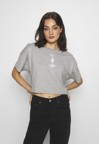 adidas Originals - LOGO TEE - Print T-shirt - grey/white - 2