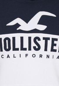 Hollister Co. - TECH LOGO SPLICE - Jersey con capucha - white/navy - 2