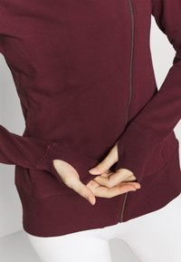 Nike Performance - YOGA FITTED - Hoodie met rits - night maroon/team red - 5