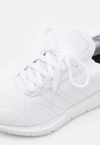 adidas Originals - SWIFT RUN X UNISEX - Trainers - footwear white - 5