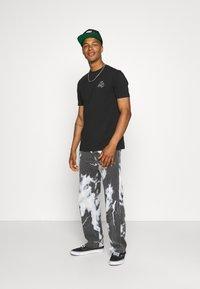 Kings Will Dream - CROSBY TEE - T-shirts med print - jet black/asphalt - 1