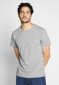 Pier One - 4 PACK - T-shirt basique - black/white/blue - 1