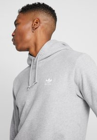 adidas Originals - ESSENTIAL HOODY UNISEX - Mikina s kapucí - medium grey heather - 5