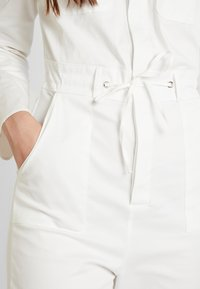 Honey Punch - LONG SLEEVE BOILERSUIT WITH BUTTON FRONT AND SELF TIE BELT - Jumpsuit - white - 5