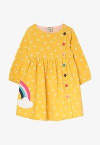 Frugi - BONNIE BUTTON DRESS - Denní šaty - bumble bee - 2