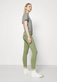 Freeman T. Porter - ALEXA CROPPED NEW MAGIC - Pantalones - turf green - 3