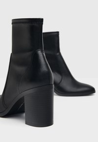 Bershka - ENG ANLIEGENDE - High heeled ankle boots - black - 6