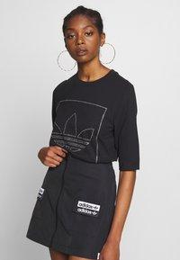 adidas Originals - FAKTEN TREFOIL SHORT SLEEVE TEE - Print T-shirt - black - 0