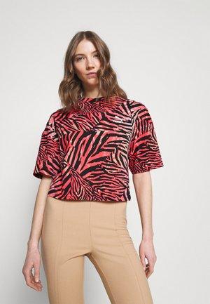 BOYFRIEND TEE - Print T-shirt - apricot blush