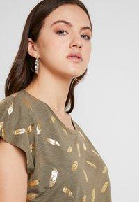 ONLY - ONLFEATHER - Print T-shirt - kalamata/gold - 3