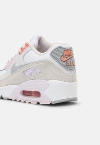Nike Sportswear - AIR MAX 90 LTR GS UNISEX - Sneakersy niskie - white/platinum tint/light violet - 6
