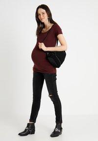 Zalando Essentials Maternity - T-shirt basic - berry - 1