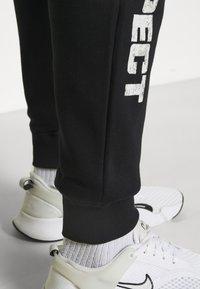 Under Armour - ROCK RIVAL - Pantalones deportivos - black - 4